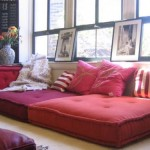 7-canapea confectionata din perne decorative mari asezate langa perete