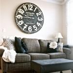 7-ceas vintage supradimensionat montat pe peretele de deasupra canapelei din living