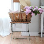 7-cos impletit asezat pe un scaun vechi din fier cu sezut si spatar din lemn dormitor rustic