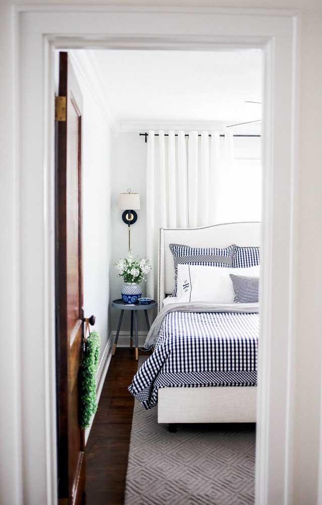 decor alb mici accente colorate dormitor mic ingust
