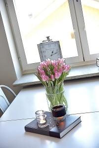 7-decor loc de luat masa langa fereastra apartament modern amenajat in alb negru si gri