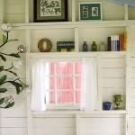 7-decoratiuni asezate pe peretii din interiorul unui foisor din gradina casei