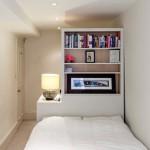 7-divizarea spatiului dintr-un dormitor lung si ingust cu ajutorul unui dulap etajera