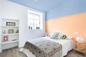 7-dormitor matrimonial minimalist decorat in alb cu tavan si perete de accent bleu si somon