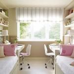 7-doua birouri asezate pe laurile opuse ale camerei copiilor