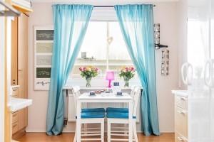 7-draperii si scaune cu sezut tapitat turcoaz decor bucatarie moderna