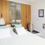 7-dulap proiectat pe tot peretele in dormitorul de la etajul apartamentului tip duplex