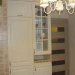 7-dulapuri inalte cu frigider si vitrina amenajare bucatarie in stil clasic