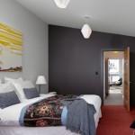 7-exemplu dormitor modern frumos cu un perete de accent gri si cu pardoseala rosu caramiziu