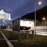 7-exterior locuinta sociala amenajata in interiorul unui cub cu panouri publicitare
