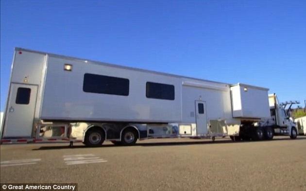 7-exterior rulota de lux in valoare de 1 milion USD proprietar Brad Pitt