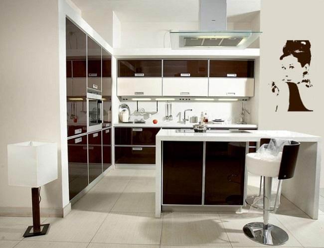 7-faianta alba decor bucatarie moderna cu mobilier alb si ciocolatiu