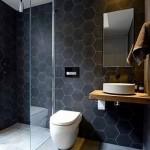 7-faianta hexagonala gri inchis in finisarea unei bai moderne