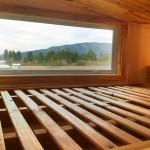 7-fereastra pat mansardat construit deasupra bucatariei casa mica lemn netratat chimic