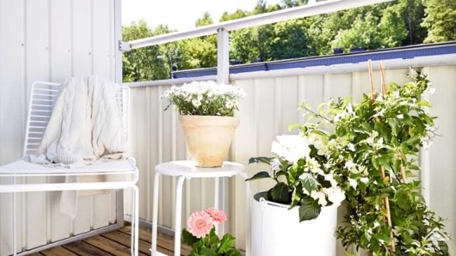flori mobila alba amenajare balcon