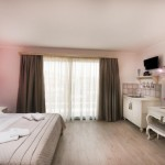 7-interior camera spatioasa cu chicineta Villa Anthelion Thassos Limenaria
