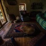 7-interior-casa-construita-din-saci-cumpluti-cu-pamant