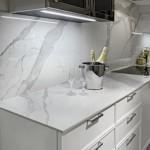7-lastra ceramica Laminam model Cava Bianco imitatie marmura perete bucatarie