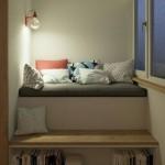 7-loc de lectura amenajat intr-un mic balcon de apartament cu spatiu pentru carti si canapea