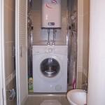 7-masina de spalat si boiler electric intergate intr-un dulap construit in spatele toaletei