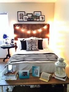 7-masuta din lemn pentru expunerea decoratiunilor asezata la picioarele patului din dormitor
