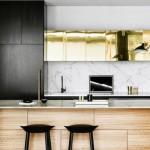 7-mobila-bucatarie-moderna-combinatii-de-alb-negru-auriu-si-furnir-de-lemn