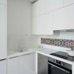 7-mobilier-alb-bucatarie-cu-decor-perete-din-faianta-iraniana-pictata-manual