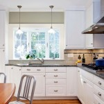 7-mobilier bucatarie cu multe spatii de depozitare si chiuveta la fereastra