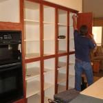 7-montarea noilor usi pe mobilierul de bucatarie refatetat si infoliat