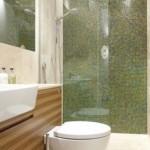 7-mozaic-verde-degrade-combinat-cu-alb-si-furnir-de-lemn-amenajare-baie-moderna