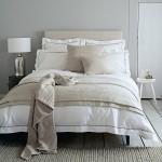 7-pat moale si confortabil decorat cu lenjerie alba si accesorii textile bej