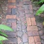 7-pavaj de gradina din caramida intercalata cu piatra de rau