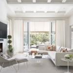 7-perdele albe cu insertie portocalie in ton cu peretii si pernutele decorative de pe canapeaua din living