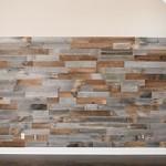 7-perete finisat cu bucati din lemn reciclat Artis Wall lipite cu banda dubluadeziva