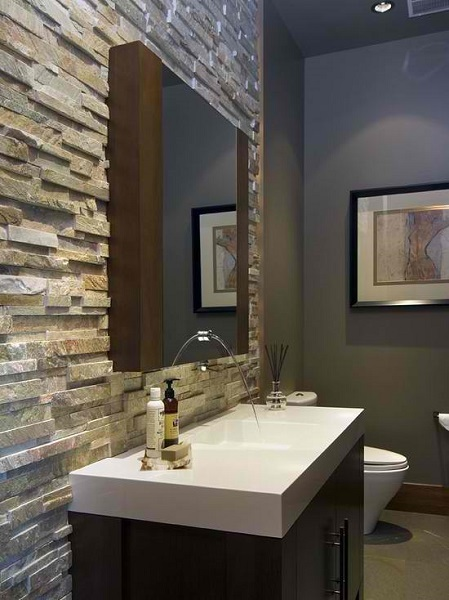 7-perete placat cu piatra naturala decor baie moderna