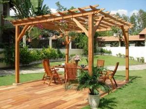 7-pergola mare din lemn deasupra unui loc de luat masa din gradina