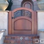 7-poarta scunda intrare curte confectionata din lemn masiv si fier forjat in stil mediteranean