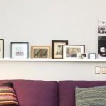 7-polita montata deasupra canapelei plina cu fotografii de familie