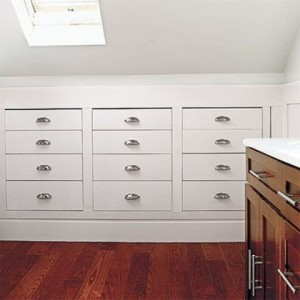 7-sertare proiectate sub tavanul mansardat al dormitorului