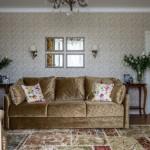 7-set canapea si fotolii culoarea mierii in amenajarea unei garsoniere in stil clasic