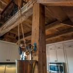 7-stalpi si grinzi din lemn vechi interior casa rustica in fost han din lemn de nuc
