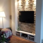 7-televizor living montat pe perete placat cu piatra naturala si decorat cu scafa si spoturi