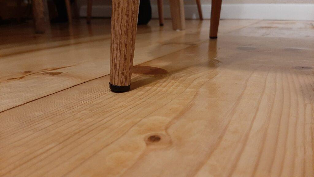 7 urme lasate de picioarele scaunelor pe dusumea