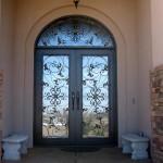 7-usa intrare din lemn cu geam si decoratiuni din fier forjat
