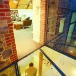 7-vedere din pasajul de sticla spre livingul de la mezanin si spre holul de la parter