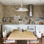 bucatarie moderna rustica pereti placati piatra decorativa