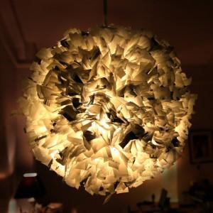 8-abajur lustra confectionata din pungi de plastic reciclate