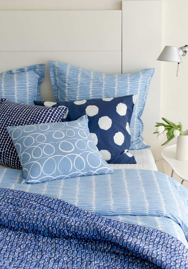 accente bleu si bleumarin dormitor pereti mobila alba