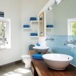 8-accente cromatice albastre si maro decor baie alba