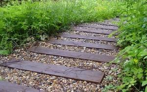 8-alee rustica pentru gradina din scanduri de lemn si pietris